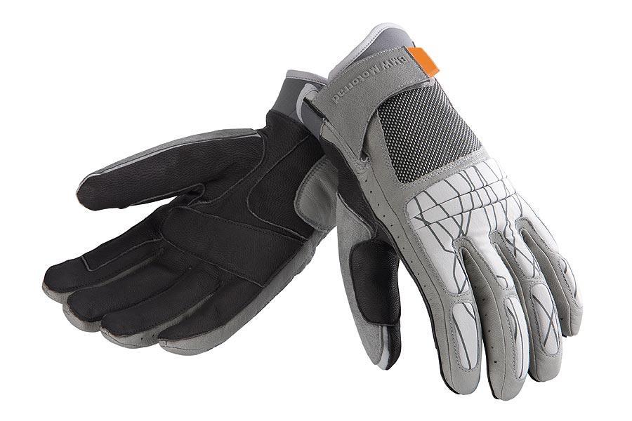 No está de más llevar siempre unos guantes en el coche en invierno.