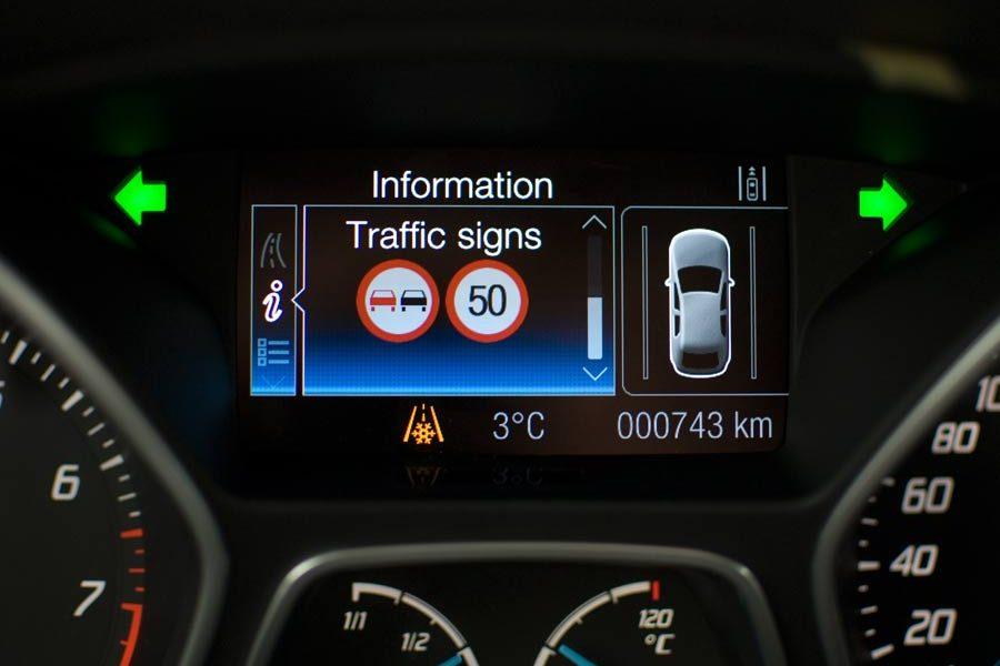 Ford incorpora en sus vehículos un sistema de reconocimiento de señales de tráfico.
