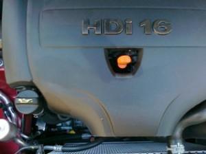 Es conveniente revisar de vez en cuando los niveles de aceite: con el motor frío y en un sitio llano.