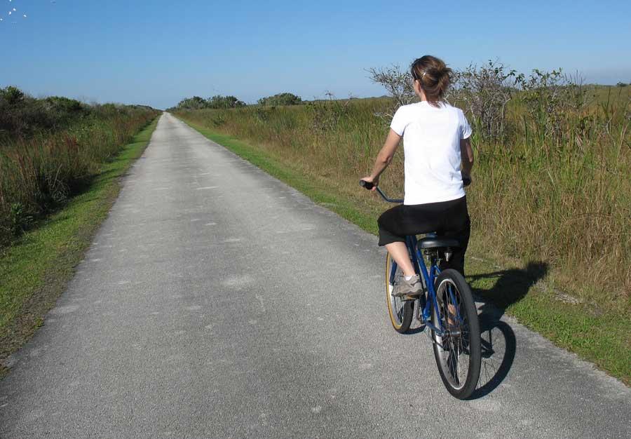 En las carreteras convencionales debemos prever que los ciclistas pueden estar en nuestro punto muerto.