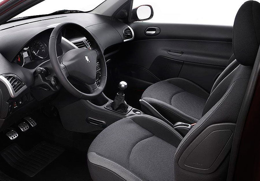 Hay que revisar el interior: debe estar cuidado, aunque tendrás que tener en cuenta el uso que se le ha dado al coche.