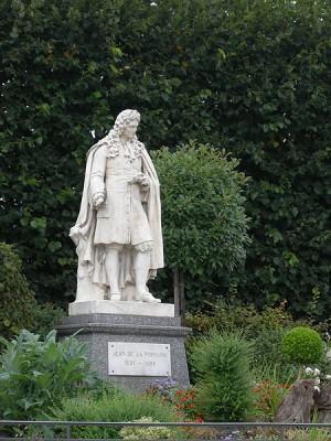... Donde fotografiamos la estatua del fabulista Lafontaine.