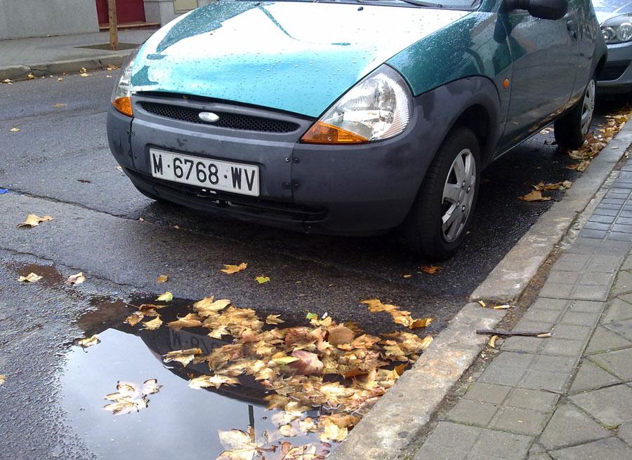 Cuidado al arrancar: pasar sobre hojas húmedas es tan peligroso como hacerlo sobre agua estancada.
