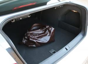 Con 565 litros de capacidad, el espacio para el equipaje está asegurado. Los triángulos de emergencia, en la tapa del maletero para facilitar su acceso. Fotos: Raúl de San Antonio.