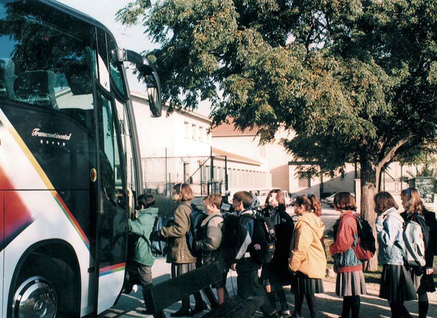 Conviene caminar siempre a una cierta distancia alrededor de todo el autobús; es importante subir y bajar de forma ordenada y no correr.