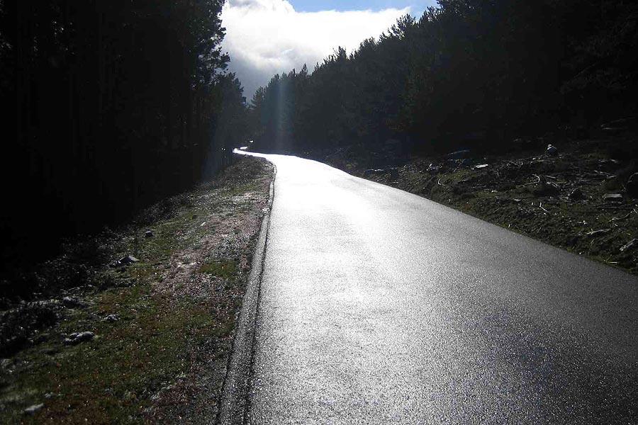Si el asfalto está muy brillante, cuidado: algunas zonas pueden esconder placas de hielo.