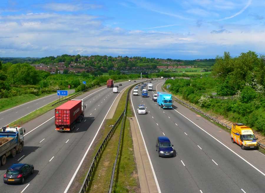 Procura evitar maniobras bruscas en la carretera, y recuerda que los intermitentes son indispensables.