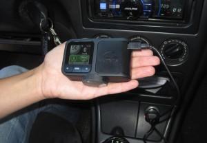 El dispositivo tiene un tamaño muy cómodo y fácil de instalar en el coche.