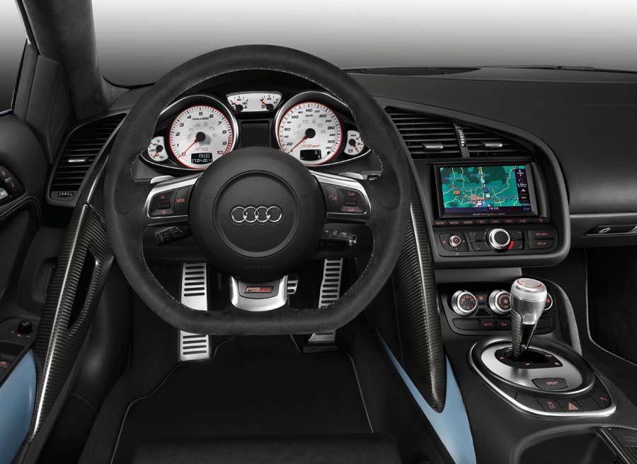 Esta es la vista interna del Audi R8 GT Spyder que tendrá el conductor desde los asientos deportivos que incorpora el coche.