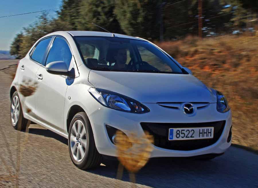 Debido a la concepción de sus suspensiones, el Mazda 2 sufre un poco cuando ha de afrontar carreteras reviradas.