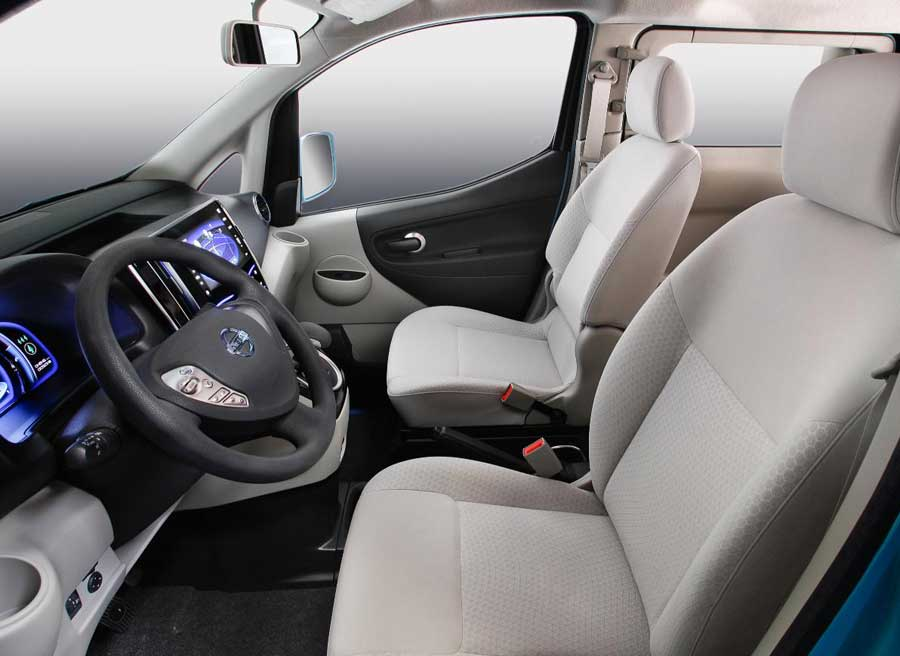 Lejos de las estridencias de otros prototipos, el interior del e-NV200 destaca por su practicidad.