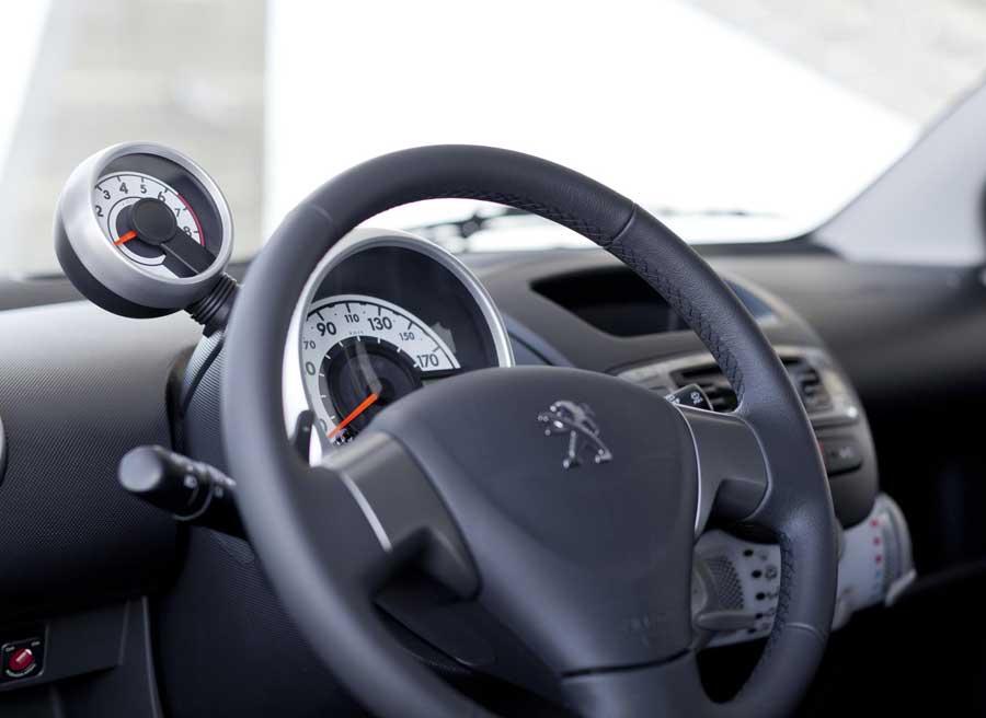 En el interior del 107 cambian tanto el volante como la palanca de cambios.