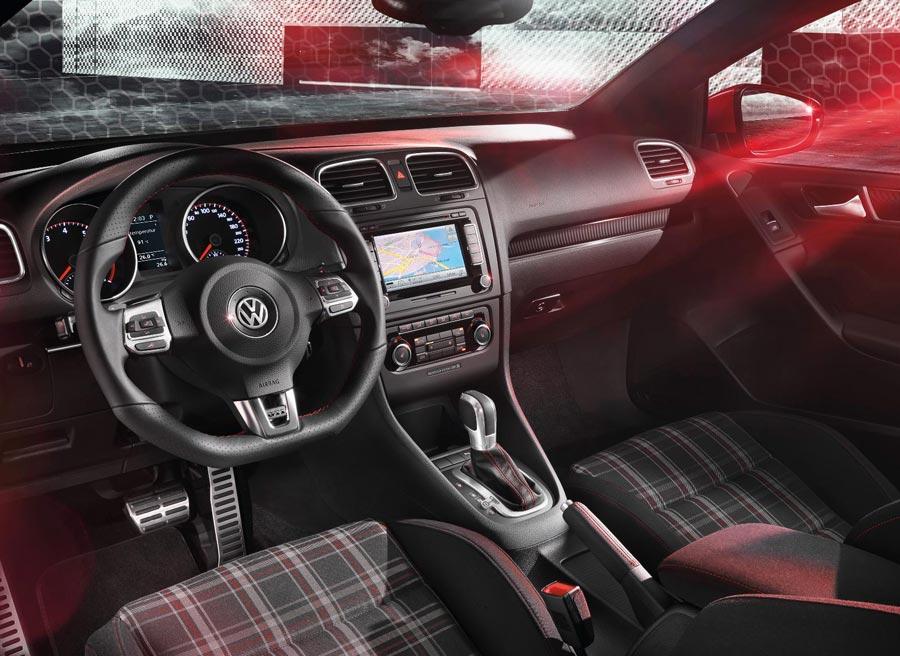 El interior del Golf GTI Cabrio es prácticamente idéntico al del GTI convencional.
