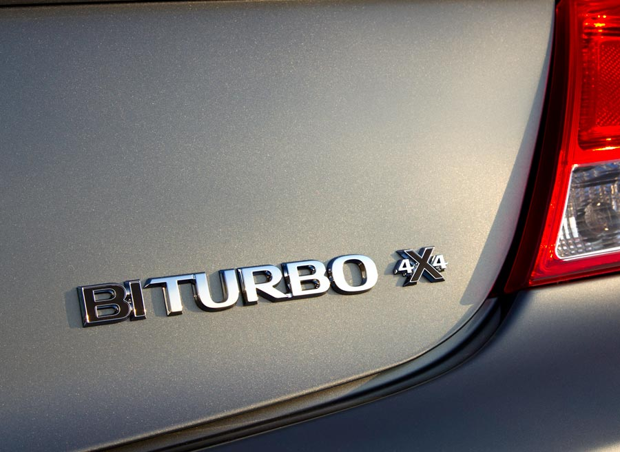 El logotipo del maletero es una de las pocas diferencias estéticas entre el Insignia BiTurbo y el resto de la gama.