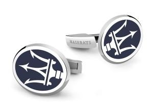 La colección Icon, diseñada por Damiani para Maserati, incluye un llavero, unos gemelos y un collar en colores azul y plata.