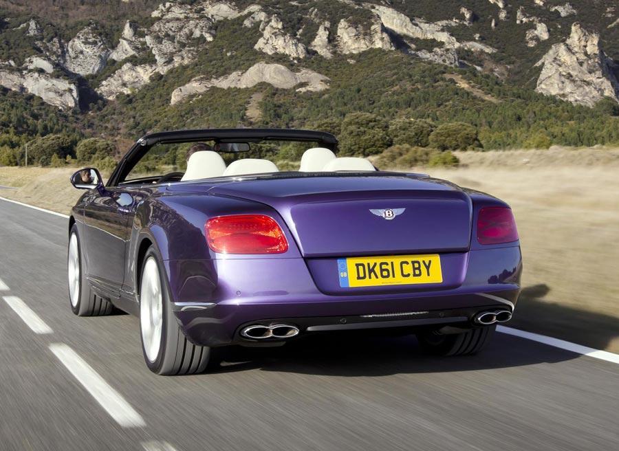 La trasera del Bentley Continental GTC V8 cuenta con cuatro salidas de tubo de escape.