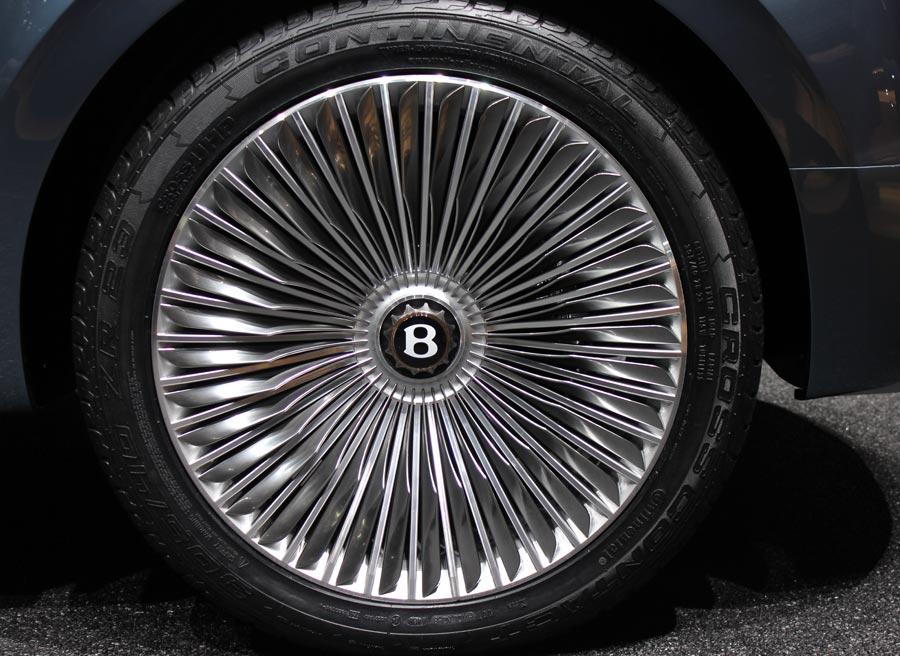Las llantas del Bentley EXP 9 F tienen un espectacular tamaño de 23 pulgadas.