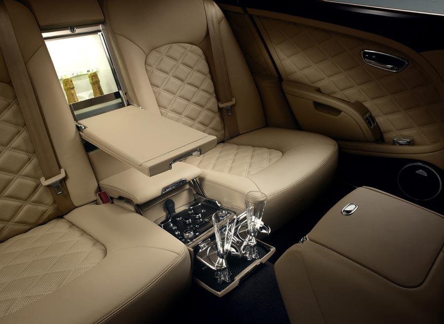 Una de las opciones del Bentley Mulsanne Mulliner es la inclusión de una nevera para las botellas de champagne.