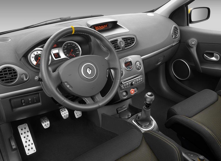 El interior del Renault Clio Red Bull RB7 varía poco respecto del modelo convencional.