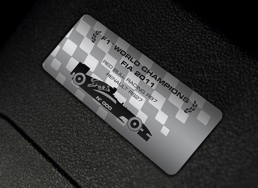El Renault Clio Red Bull RB7 tiene una placa conmemorativa por la victoria en el mundial de F1 de 2011.