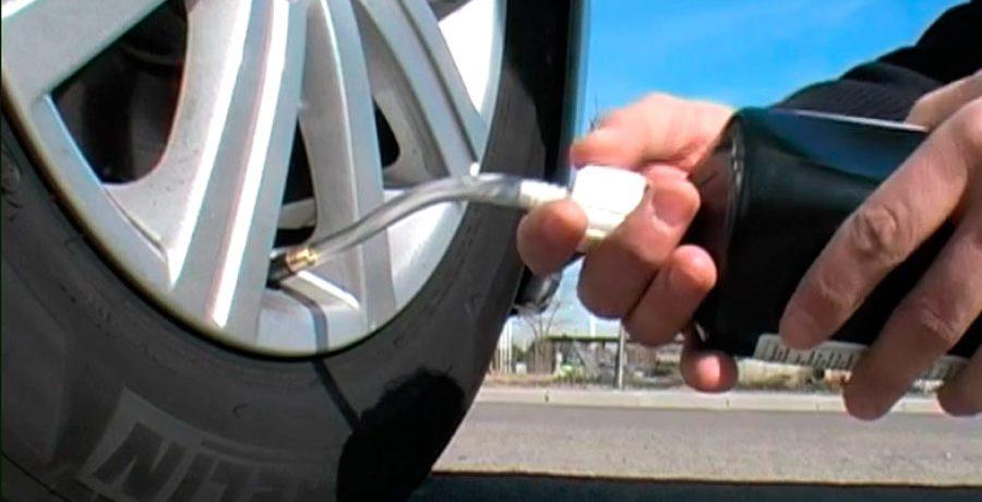 Cómo reparar un neumático con un kit anti-pinchazos