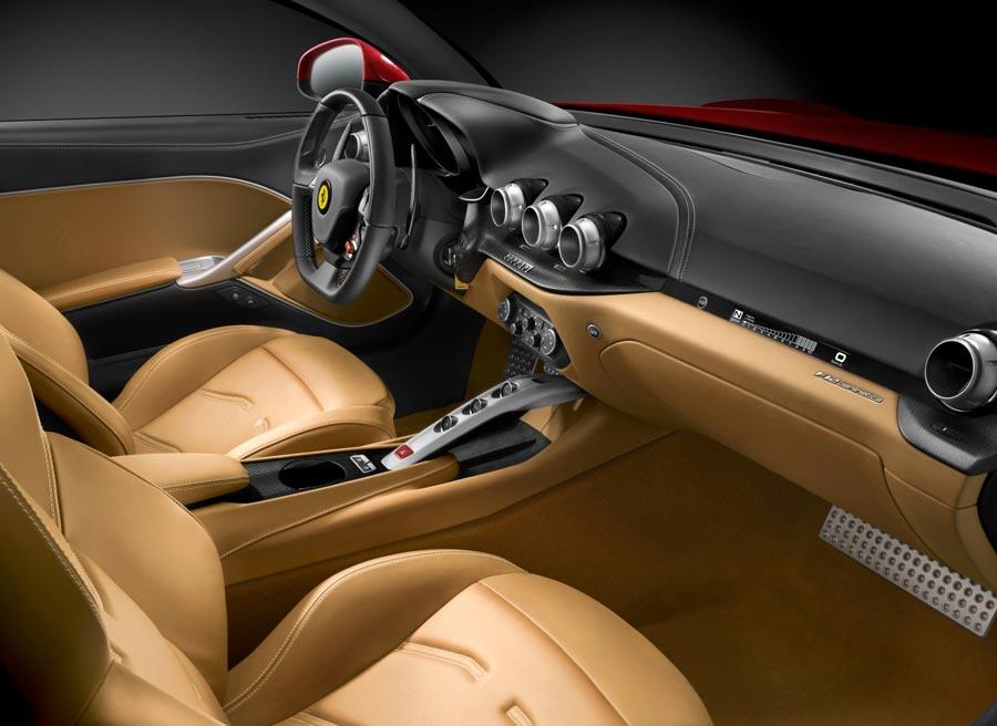 Ferrari ha colocado un segundo velocímetro encima de la guantera para mantener informado al acompañante.