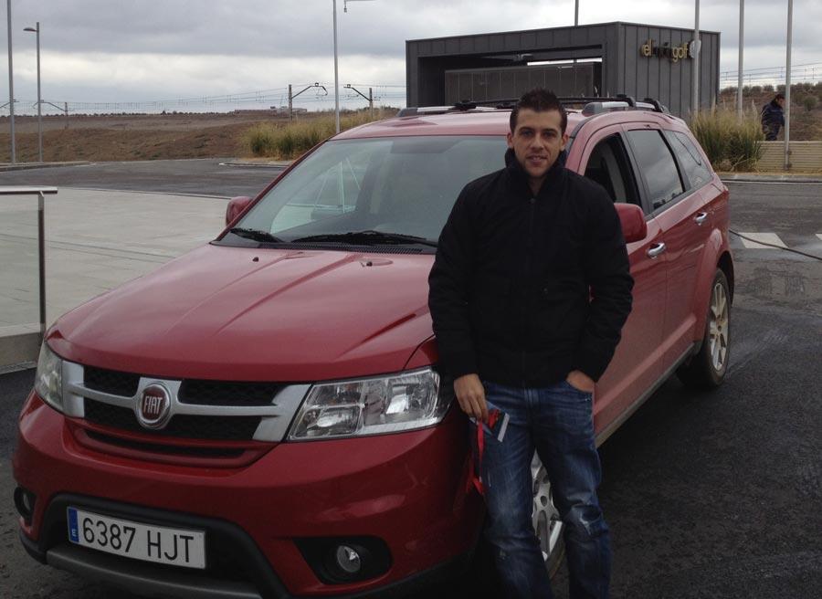 Nuestro redactor Jorge Morillo, al lado del Fiat Freemont AWD.