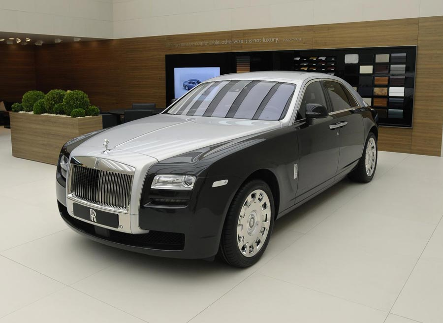 La combinación del gris claro con una tonalidad más oscura aporta un toque más juvenil al Rolls-Royce Ghost.