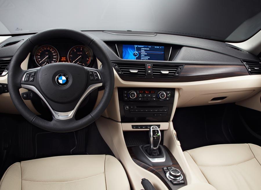 El interior del BMW X1 incorpora nuevos materiales y un ligero rediseño.
