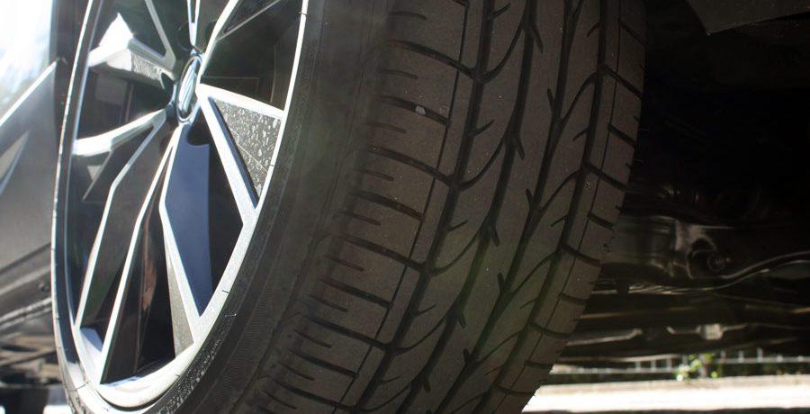 Cómo comprobar el dibujo de los neumáticos