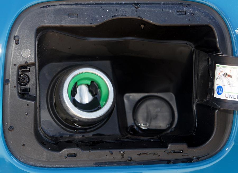 El Panda carece de tapón para el depósito de la gasolina, teniendo que encajar la manguera cada vez que queramos repostar. Fotos: Jordi Villanueva.