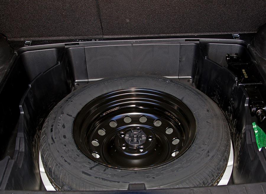 El SsangYong Korando tiene una rueda de repuesto convencional. Foto: Jordi Villanueva