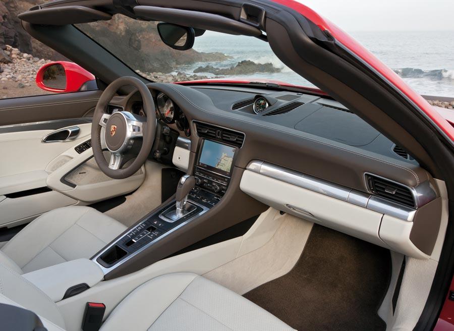 Al fin Porsche ha desterrado su sistema de pulsadores y ha instalado levas tras el volante para activar el cambio PDK.