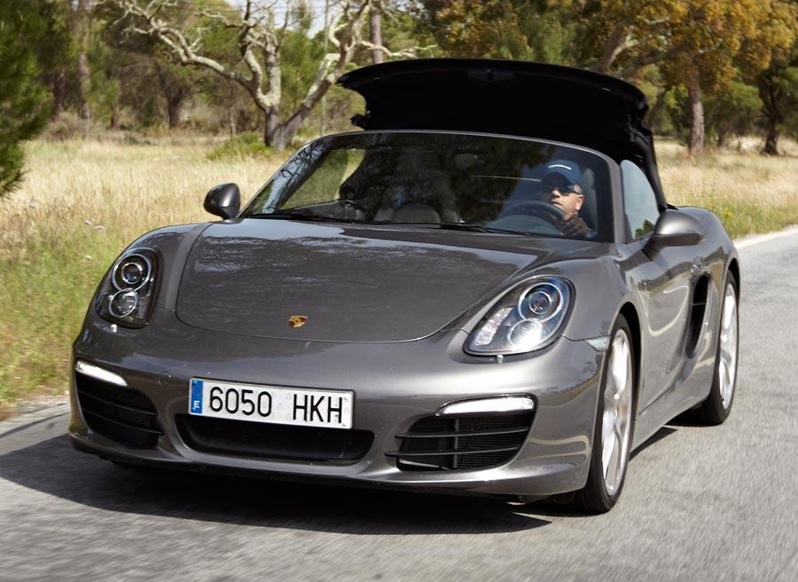 La capota del Porsche Boxster se puede abrir y cerrar en movimiento.