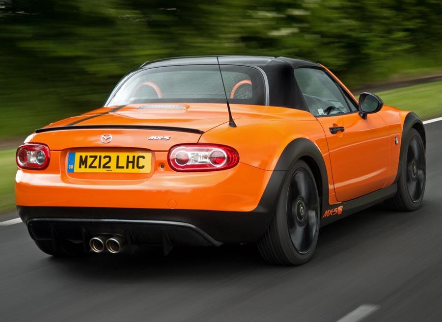 La zaga del Mazda MX-5 GT Concept está presidida por un difusor de aire y una espectacular doble salida de tubo de escape.