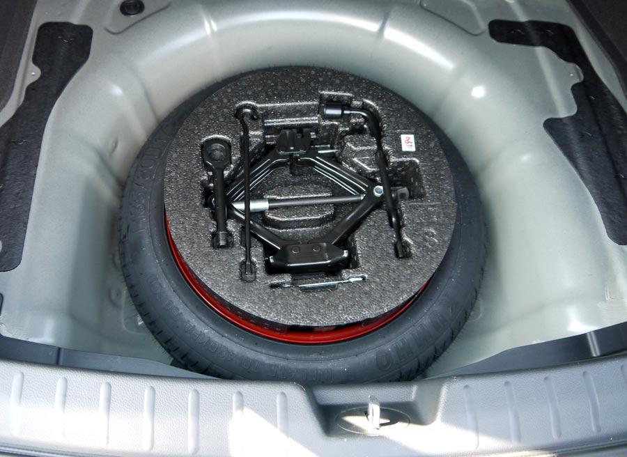 Bajo el maletero encontramos una rueda de emergencia. Un detalle de calidad en unos tiempos donde el ineficaz kit anti pinchazos se ha puesto de moda.