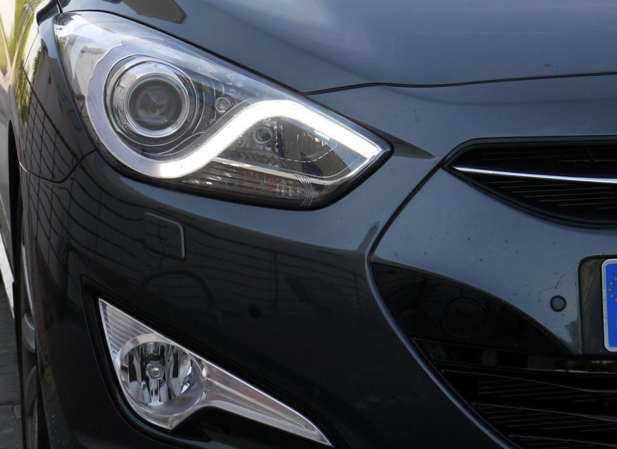 El diseño de las ópticas delanteras del Hyundai i40 Sedán es muy agresivo.