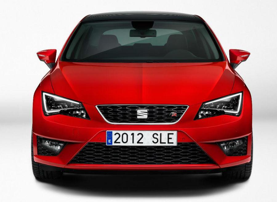 El nuevo Seat León es el primer modelo de la marca en incorporar el nuevo logotipo de la misma.