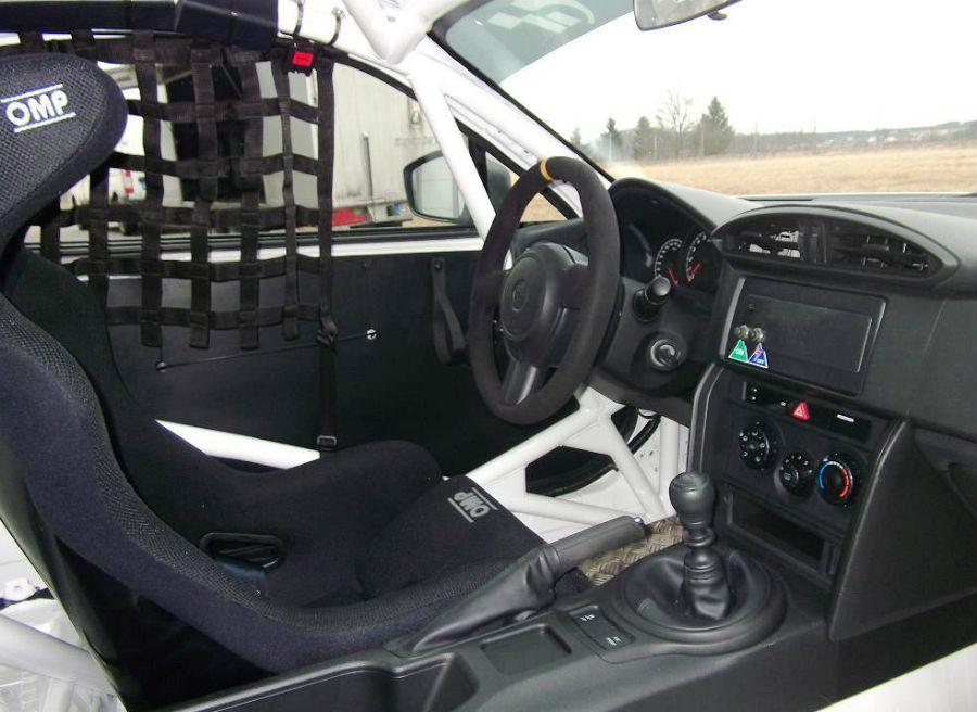 El interior de la versión de carreras del Toyota GT86 ha sido totalmente modificado.