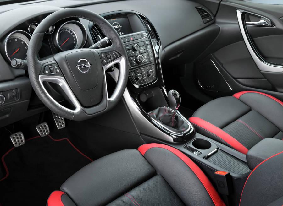 El interior de la nueva versión BiTurbo del Opel Astra se vuelve más deportivo.