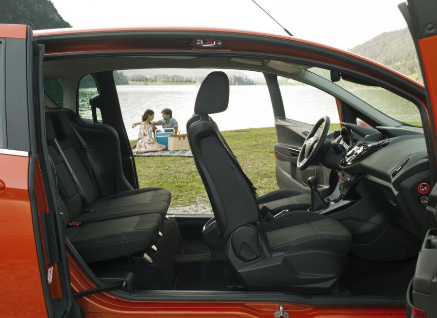 Detalle del nuevo Ford B-Max con las puertas abiertas, donde se aprecia la ausencia del pilar B.