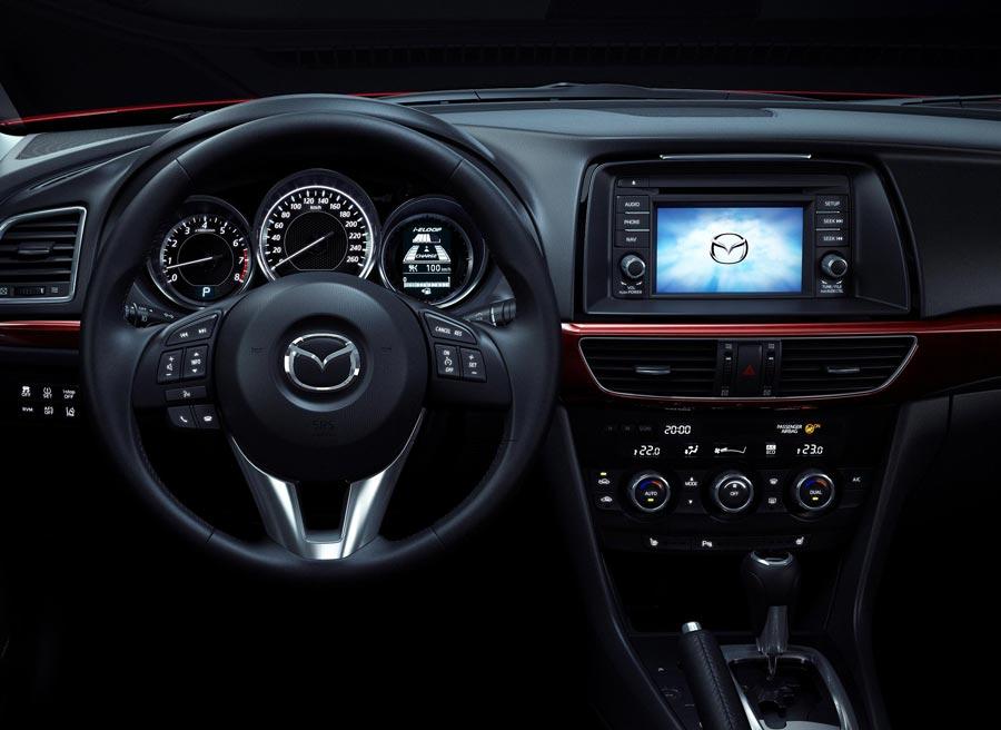 El interior del Mazda6 es bastante similar al de los últimos modelos de la marca asiática.