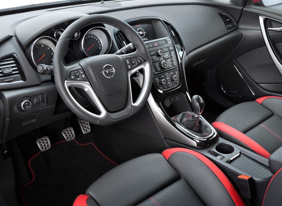El interior del Opel Astra GTC tiene una serie de elementos exclusivos que lo hacen muy atractivo.
