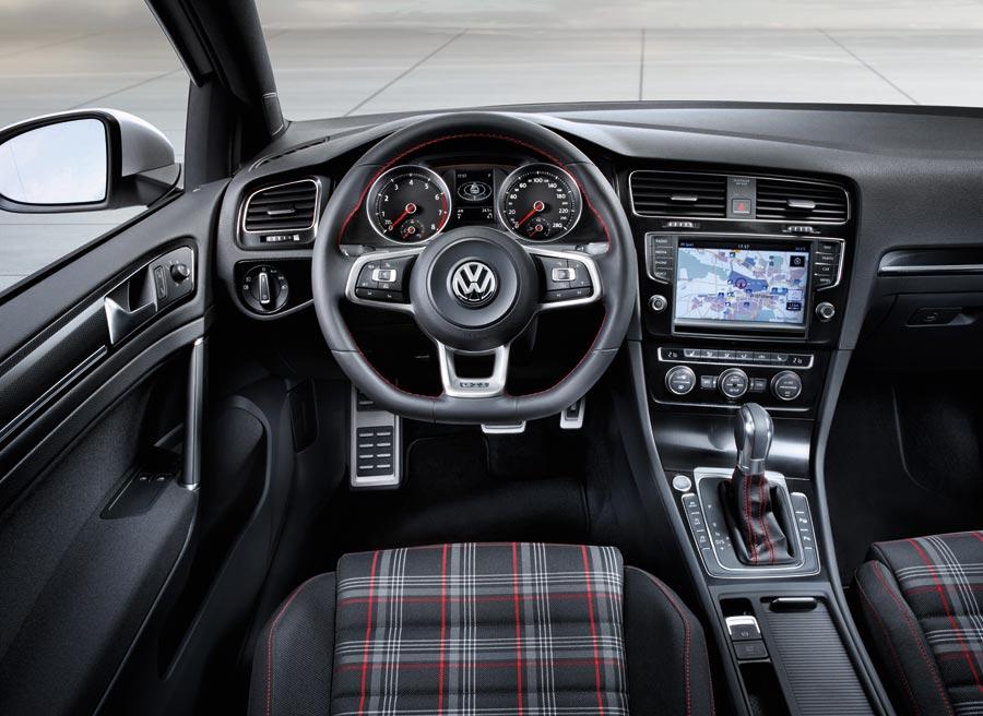 El interior del nuevo Volkswagen Golf GTi se actualiza manteniendo su esencia de siempre.