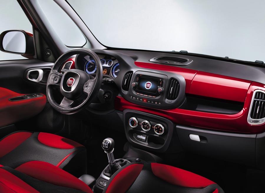 El Fiat 500L mantiene en su interior la misma imagen desenfadada que el modelo original.