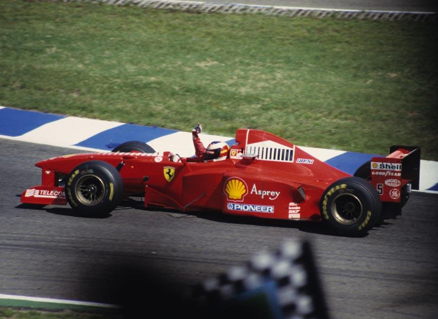 En 1997 Schumacher fue descalificado del mundial tras intentar ganarlo chocando contra Villeneuve. Foto: Wikimedia commons.