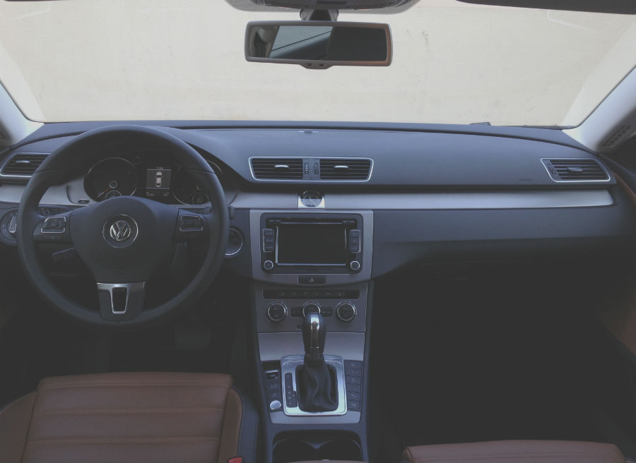 El interior del Volkswagen CC es sobrio y elegante.