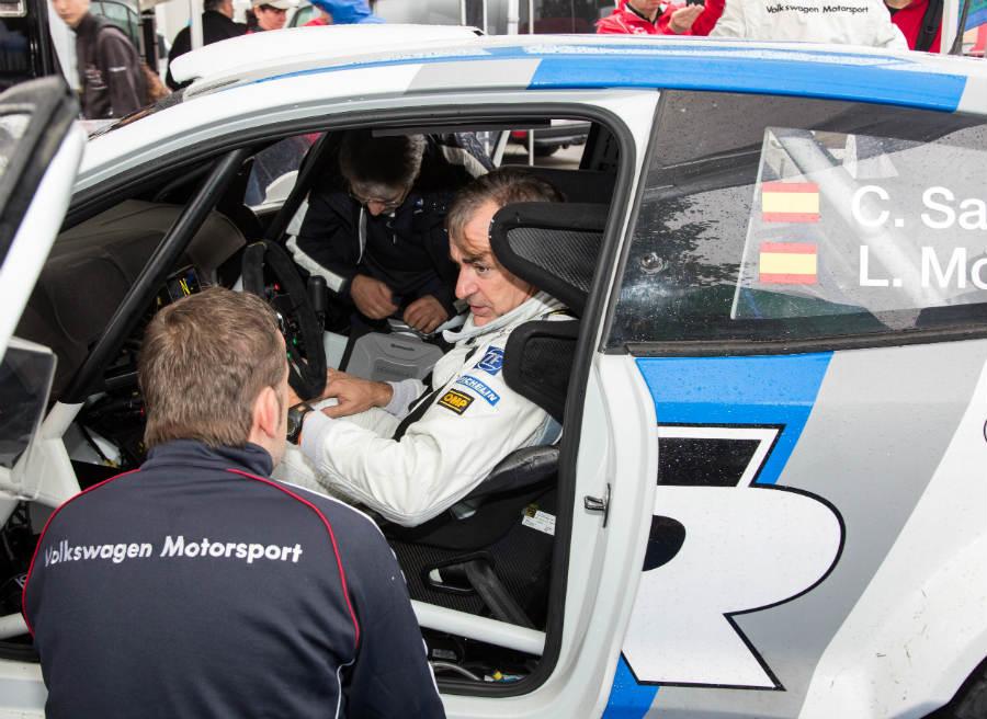 Carlos Sainz dando instrucciones a los ingenieros de Volkswagen acerca del comportamiento del nuevo Polo WRC.
