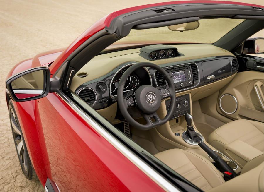 El interior del Beetle Cabrio conserva toda la esencia de un Volkswagen.