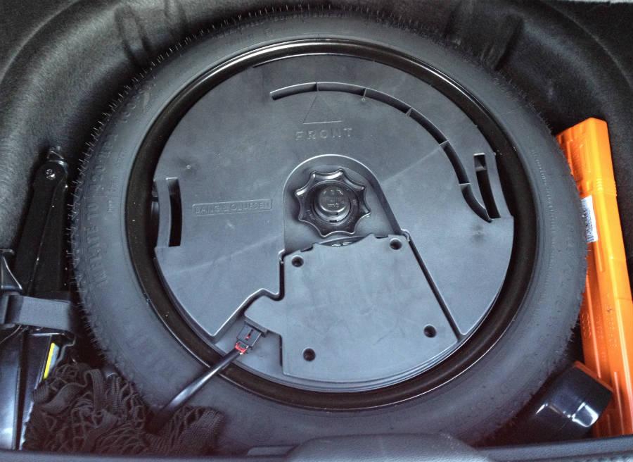 Bajo el suelo del maletero tenemos una rueda de emergencia.